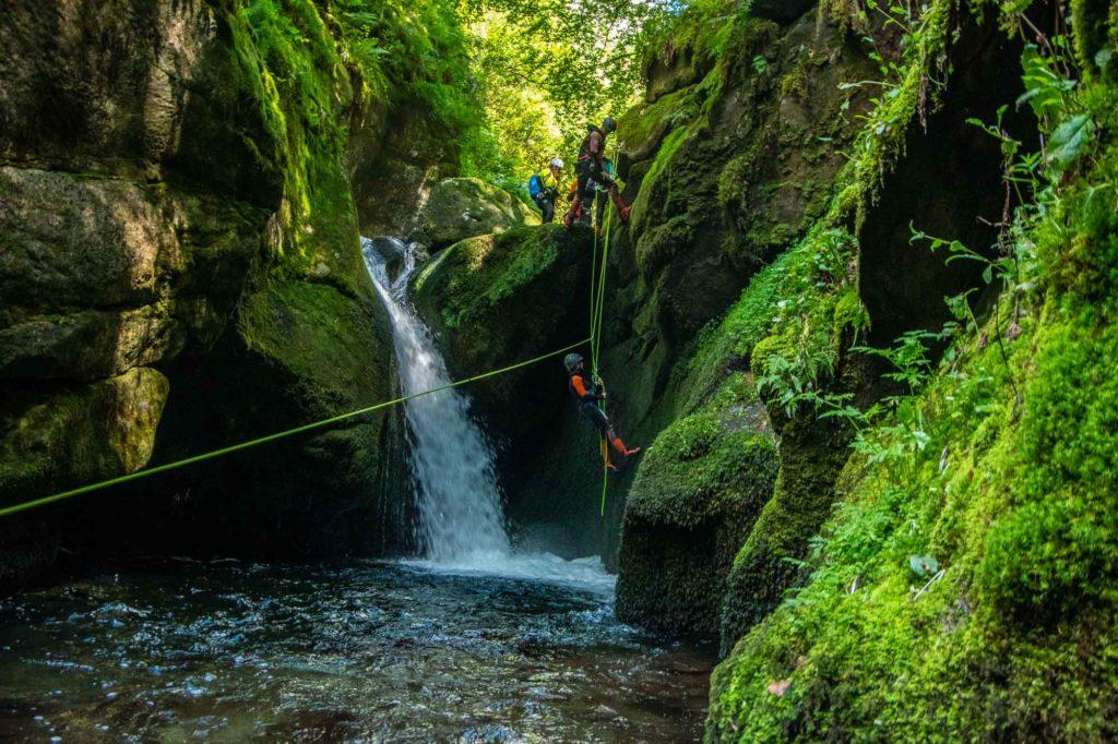 canyon rappel cascade eau corde