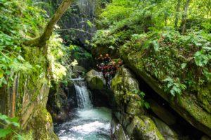 canyoning cascade vegetation moniteur